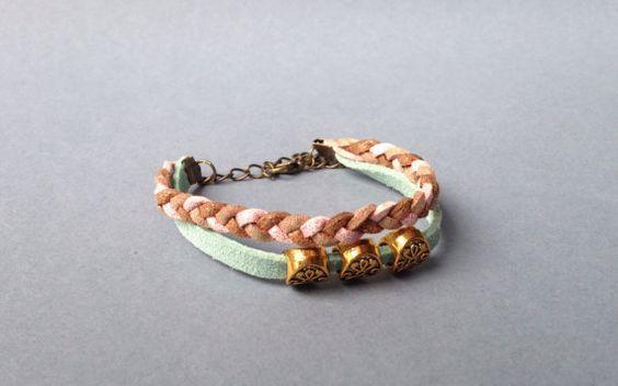 Bracelet composé de suédine et trois perles dorées par CreaMode