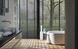 Schnittig, cool und absolut zeitlos – Luxaflex® Jalousien bieten exzellenten Sichtschutz und optimale Lichtregulierung im klassischen Stil, der einfach zu jeder Einrichtung passt.