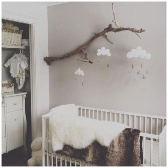 Decoração rústica simples co galho em quarto de bebê