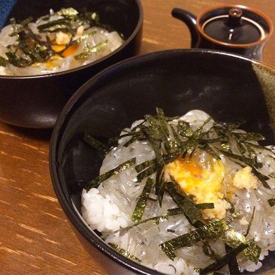 oomorimorimori2016.2.28 生しらす丼。 . 市場で働く母からもらった生しらす。 写真は食べかけなのですが…。 淡路島に旅行に行ってから、生しらすのおいしさを知ってしまって。 . #生シラス #おうちごはん
