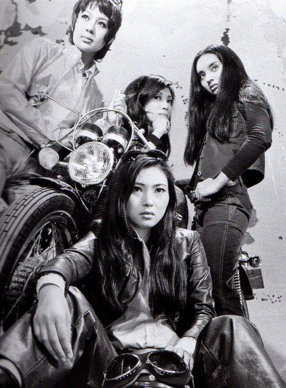 ライダースジャケットを着てバイクの前に座っている梶芽衣子の画像
