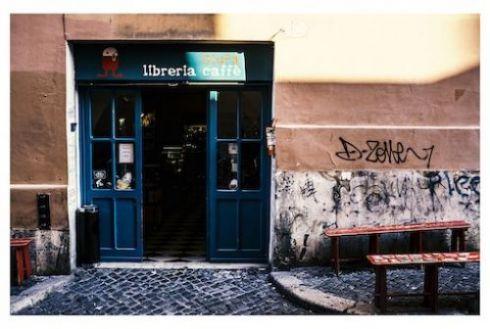 """GIUFÀ libri e caffè / Roma   Bella la libreria piccola piccola che si dilata al suo interno e diventa una arena... Consiglio di :duepunti : non perdete il """"biliardino letterario"""", ma se non avete aspirazioni agonistiche sedetevi a uno dei tavolini, sfogliate riviste, leggiucchiate libri, ordinate una buona birra artigianale, lavorate o statevene semplicemente in santa pace a """"farvi i fatti vostri""""... vi verranno meglio da Giufà."""