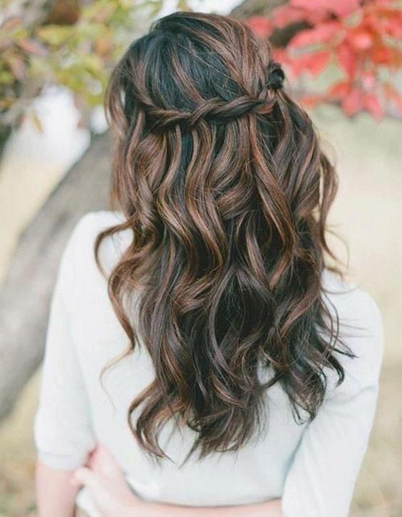 Tresse cascade sur cheveux ondulés: on tresse, en relâchant une mèche à chaque nœud, depuis une oreille jusqu'à l'autre.: