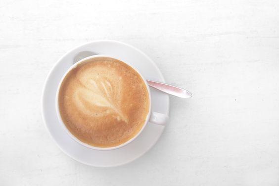 Der Flat White ist ein Kaffeegetränk, das seinen Ursprung in Australien hat. In der Größe ist er zwischen Cafè Latte und Cortado einzuordnen.