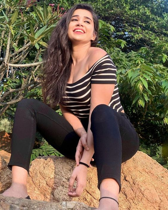 "𝘼𝙥𝙤𝙤𝙧𝙫𝙖 𝘼𝙡𝙚𝙭 💕 on Instagram: ""Explore magic ✨ @apoorvaalex . . #goodvibe #positivevibe #girlwholift #positivity #cutegirlsonly #india #content #igindia #goals…"""