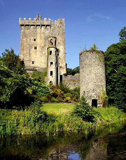 El castillo de Blarney, Irlanda. Fue fundado a principios del siglo XIII, destruido en 1446, y posteriormente reconstruido por Dermot McCarthy, rey de Munster. Está parcialmente destruido quedando la torre del homenaje y algunas habitaciones. En la parte superior de se encuentra la piedra de la elocuencia o piedra de Blarney. Los visitantes deben besar la piedra por la parte de abajo estando suspendido en el vacío y obtendrán el don de la elocuencia.: