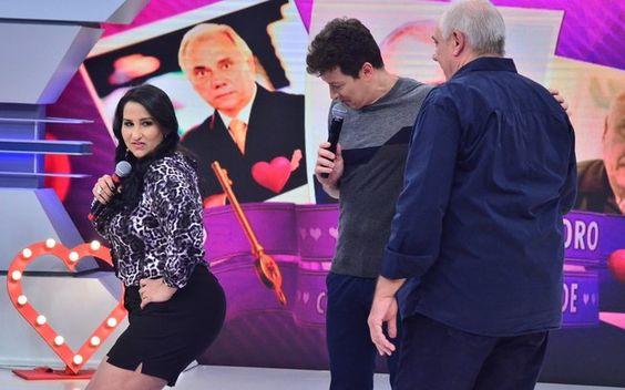 A repórter Fabiola Gadelha faz charme para o apresentador. Foto: Antonio Chahestian/Record
