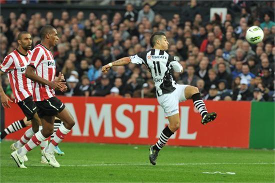 Everton volleert op knappe wijze richting het PSV-doel. Zijn inzet wordt echter gekeerd door Tyton. Heracles speelde zijn eerste bekerfinale ooit en had duidelijk last van zenuwen. Na rust speelden de Almeloërs een stuk beter, maar sloeg PSV toe op de counter. Het werd 3-0 voor de Eindhovenaren en daarmee was de teleurstelling groot, ondanks de knappe prestaties in het bekertoernooi. 08-04-2012