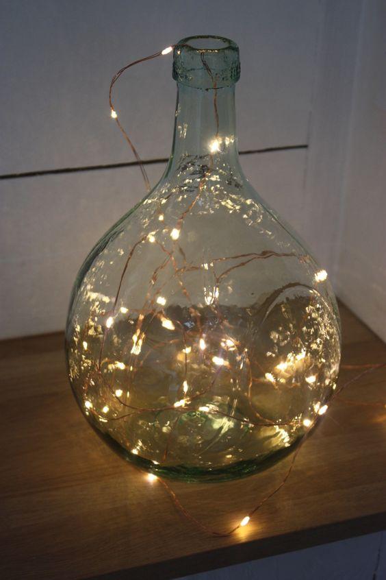 Dame Jeanne en verre illuminée d'une guirlande à led.