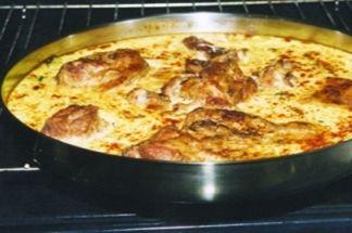 Tavë Elbasani...........  Për 4-5 persona duhen:......  Mish 500 g. gjalpë 2 lugë gjelle, vezë 2 kokrra, kos 3 gota uji, miell 2 lugë gjelle, oriz 1 lugë gjelle,kripë.............  Tava e Elbasanit përgatitet me mish qengji ose dashi. Po të jete me mish qengji ai piqet drejtëpërdrejtë ndërsa me mish dashi zihet më parë. Mishi pritet në thela, vendoset në tepsi, i hidhet përsipër gjalpë dhe futet në furrë ose në tavë me korent. Herë pas herë i hidhet nga pak ujë që të mos thahet. Pasi të…