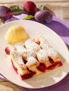 Ein fruchtiger Obstkuchen vom Blech mit Pflaumen
