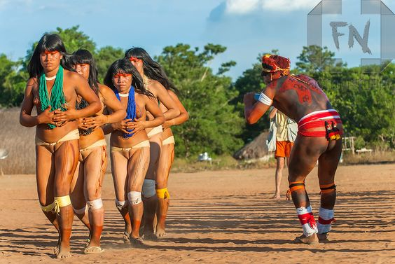 Índio Mataratsi Kalapalo fotografando a dança do Ritual Kuarup na Aldeia Aiha no Parque Indígena do Xingu