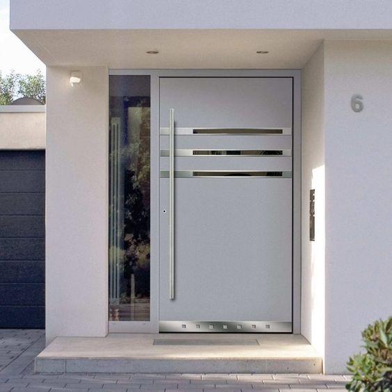 Pintu besi warna putih depan rumah