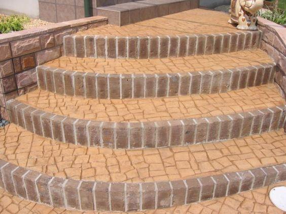 玄関前階段でのスタンプコンクリート、蹴込みは小端積みレンガで施工