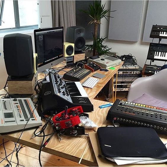 Live In An Apartment And Have No Space For A Home Studio Check Out These 11 Awe Inspiring Home Studio I Home Music Rooms Music Studio Room Home Studio Setup