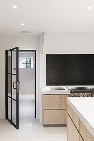 Stijlvolle woning te rijmenam keukens uytterhoeven for Donker interieur