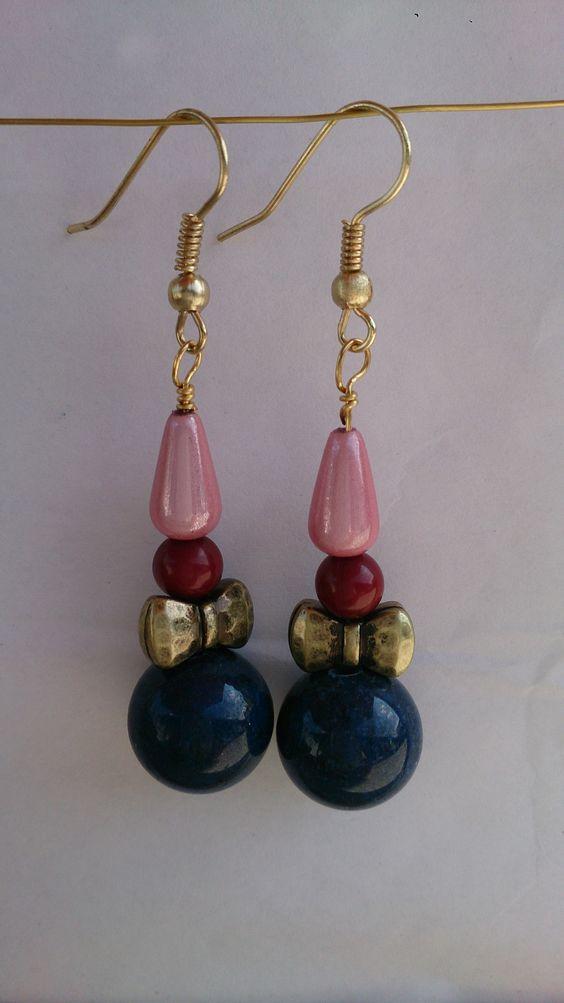 """""""Klovnen"""". Disse festlige øreringe er med blå sandsten og en rød turkise. Jeg bliver så glad når jeg ser på dem  Øreringene måler 3 cm.  Pris: DKK 75 + porto #Pewi smykker"""