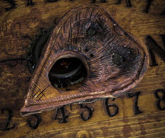 Uso de la tabla Ouija 5bc67dbbf3d2af78fb5667602efb8243