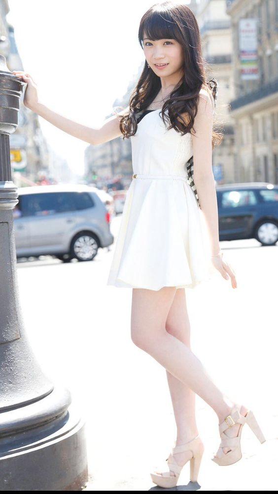 白いワンピースのかわいい秋元真夏