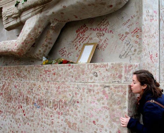 Το εντυπωσιακά γεμάτο με κραγιόν μνημείο του Oscar Wilde στο Παρίσι