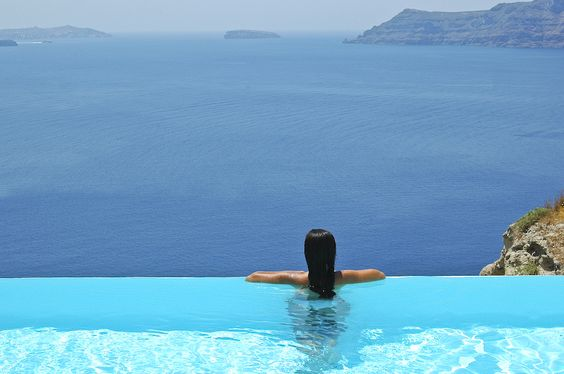 I dream of owning an infinity pool. So stunning! I would stare at it all the time!