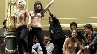 Activistas de FEMEN se desnudan en el congreso contra Gallardón, el PP y por el aborto libre - http://apoliticalstatement.com/2013/12/11/activism/femen/activistas-de-femen-se-desnudan-en-el-congreso-contra-gallardon-el-pp-y-por-el-aborto-libre/