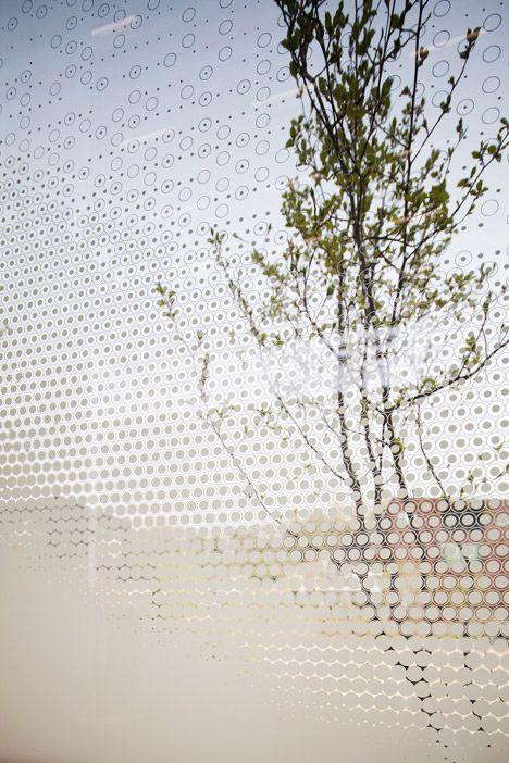 Een print op het glas verandert de transparantie; art gallery in South Korea's Paju district