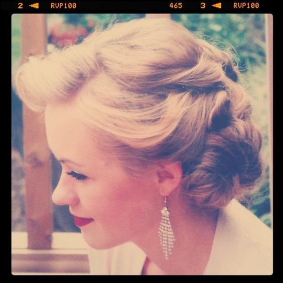 Beautiful 50's Hairstyle, would look great with the perfect pari of earrings.