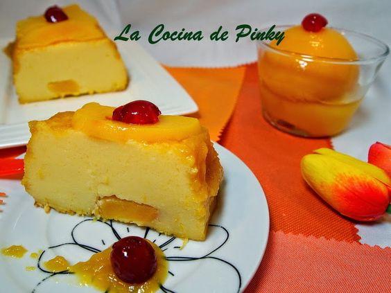 LA COCINA DE PINKY: PASTEL DE YOGUR Y MELOCOTONES  Ingredientes:  1 bote de melocotones en almíbar 2 yogures naturales ( 250 gr. ) 3 huevos 100 gr. de azucar La piel rallada  de1 limon 1 cucharada de mantequilla 2 cucharadas de maicena
