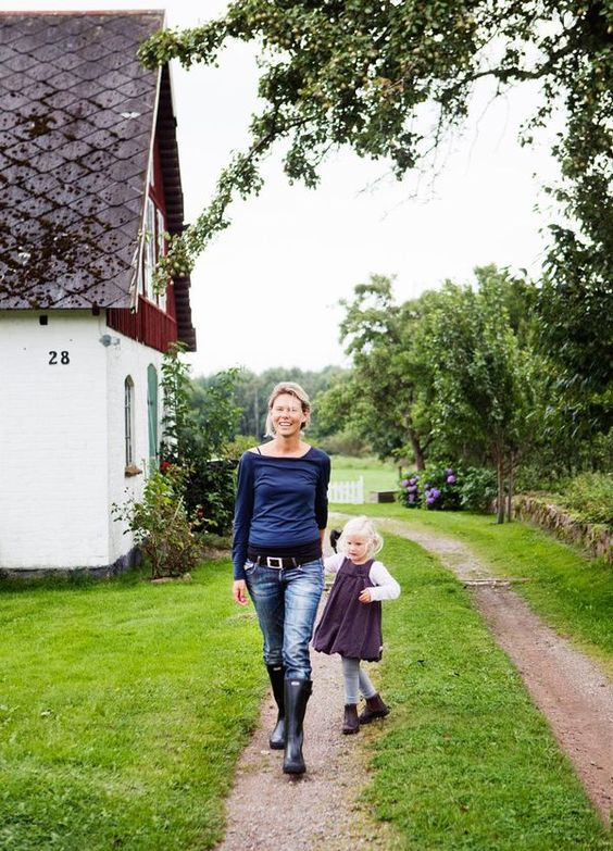 50-TᎯℒSℋUS OℳᎶℐVℰT ᎯᏉ ℬℰTᎯNDℰ ℱÅℛ: Här bor: Namn: Anna och Fredrik Bergelin med dottern Hilla, 4 år. Jobbar med: Anna är frilansjournalist och Fredrik produktutvecklare inom arbetsmiljöbranschen. Huset: Ett enplanshus byggt 1950, 90 kvm plus källare. Till huset hör en lada, ett gästhus på 20 kvm samt 3 hektar hagmark. / När Anna och Fredrik kom hem efter ett år i Australien visste de inte riktigt var de ville bo. Köpenhamn, Stockholm eller Skåne? Båda gillar storstan och hade bott i centrala…