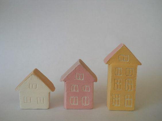 北欧の家をイメージしたミニチュア3個セットです。幅各2cm、高さ2~4cm、奥行き1cmです。写真のマッチを大きさの参照にしてください。磁土に色化粧土を塗り、...|ハンドメイド、手作り、手仕事品の通販・販売・購入ならCreema。