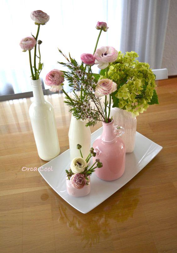 Flesjes geverfd van ivoor tot zacht roze. Bloemen in deze kleuren erbij gezocht. Dit alles staat op een groot bord #bloemen #decoratie #interieur |OrcaCool
