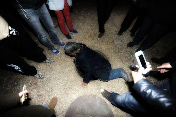 In Cina la 68enne Quan Youzhi ha vissuto per 20 anni sue metri sotto il livello del suolo e ora la sua storia è diventata il simbolo http://tuttacronaca.wordpress.com/2013/12/10/il-simbolo-della-crisi-la-donna-che-vive-nel-sottosuolo/