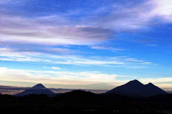Amanecer con volcanes del altiplano