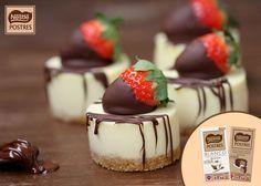 Pastelitos de chocolate blanco y queso con fresas