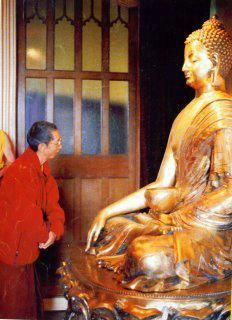 Ven Gueshe-la admira la estatua de Buda Shakyamuni producto de su propia inspiracion.