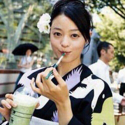 抹茶のフラペチーノを飲んでいる浴衣姿の小林涼子の画像