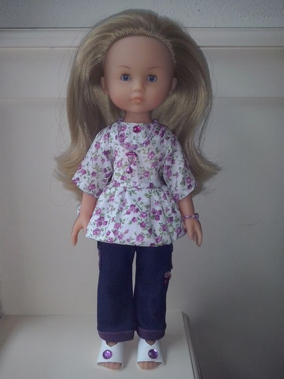 Camille in zelfgemaakte outfit, complet met schoenen en sieraden.