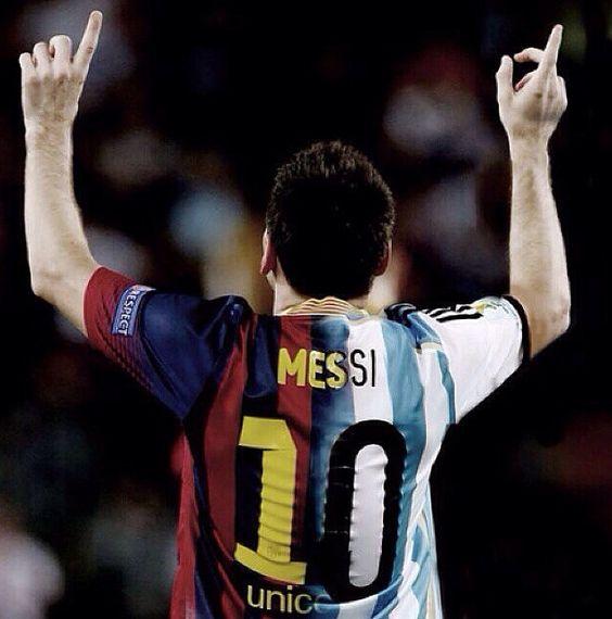 Esta es una pictura de Lionel Messi. Una es un camiseta de fùtbol Internacíonal. La otra camiseta de fùtbol de club.
