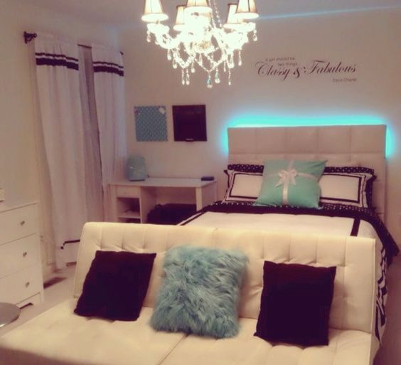 The light behind the headboard is so cool home decor - Habitaciones juveniles modernas ...