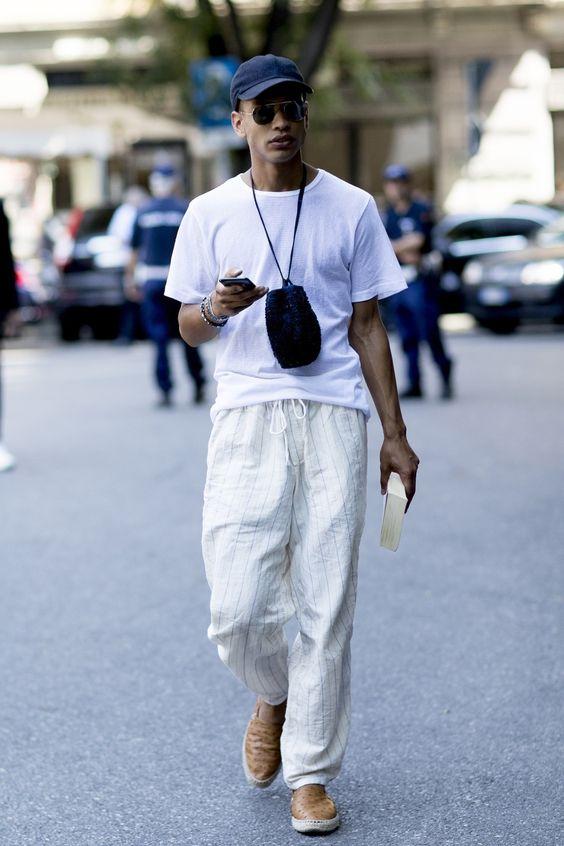 海外メンズソリッドTシャツコーデEl mejor streetstyle de la semana: el pantalón blanco resolverá todos los looks del buen tiempo
