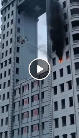 Drone bombeiro apaga fogo de prédio.