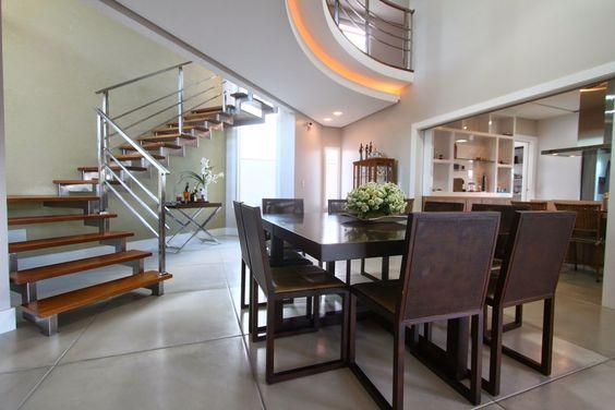 Sala integrada com cozinha e circulação vertical.
