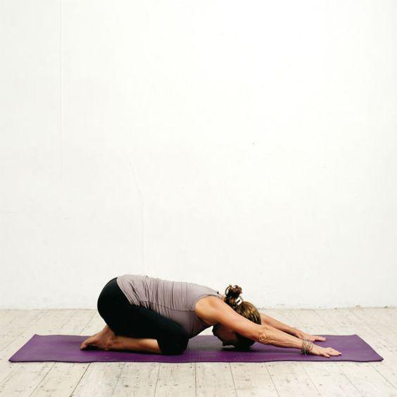 Pratiquer une séance de yoga le soir permet de se détendre avant d'aller dormir.   On enchaîne quelques postures au sol pour se vider la tête et libérer son corps du stress et des tensions accumulés dans la journée. C'est un temps pour soi, une parenthèse dans le quotidien qui fait vraiment du bien.   Découvrez en images une séance de yoga à réaliser le soir.    Source :   A chacun son yoga   de Victoria Woodhall et Jonathan Sattin - Les éditions de l'homme    A lire aussi : >> Ma ...