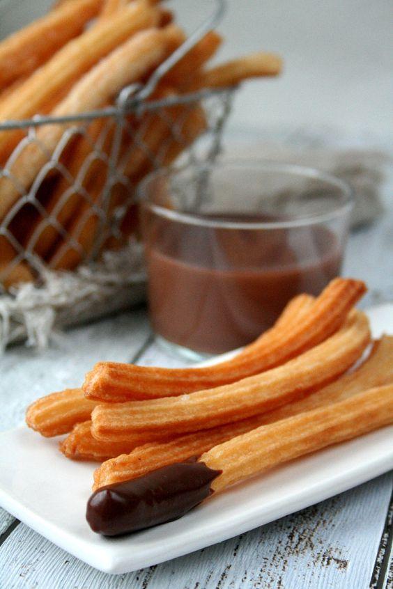 Churros et chocolat chaud, une recette traditionnelle et incontournable de la cuisine espagnole.