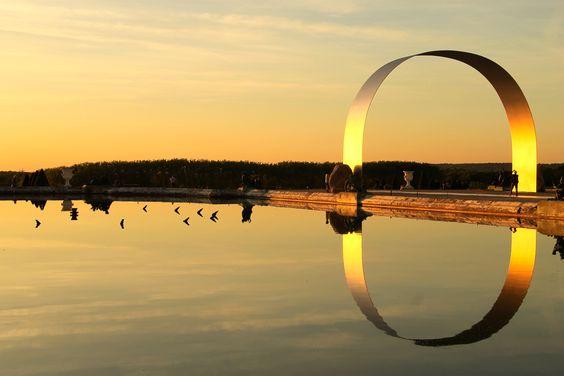 Coucher de soleil sur le parterre d'eau et sur l'oeuvre de Lee Ufan, dans les jardins de Versailles, France