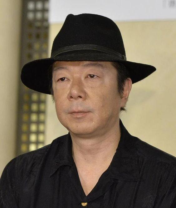 黒いハットをかぶっている真顔で遠くを見つめる古田新太の画像