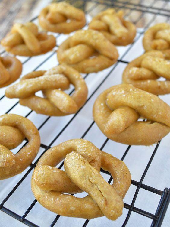 Soft Easy Homemade Pretzels | http://dontwastethecrumbs.com/2014/07/recipe-easy-homemade-pretzels/