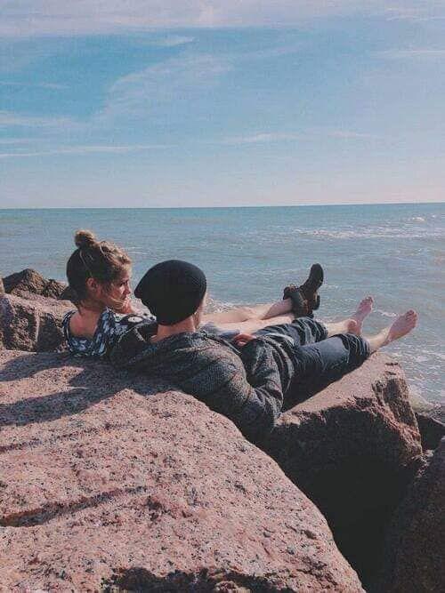Descansando Sentados En Una Roca Mirando El Horizonte Marrying Young Photo Relationship