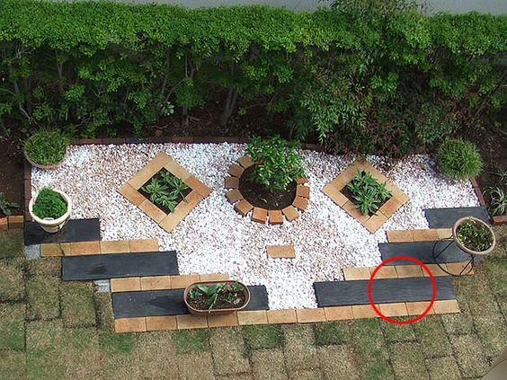 とても軽く、女性でも取り扱い安いFRP製の枕木を花壇に埋め込んだお写真です。枕木は立てる以外でも様々な活用法がありますね♪